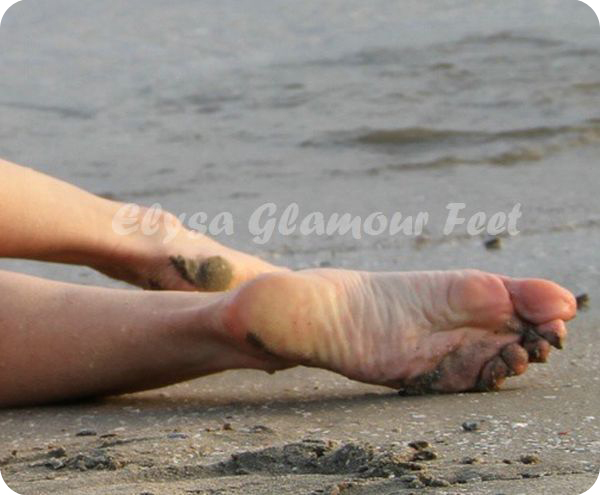 feetinsand01 Feet in the wet sand