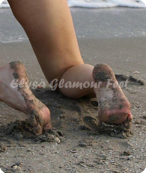 feetinsand02 Feet in the wet sand
